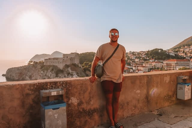 A man by the walls of Dubrovnik. What to do in Dubrovnik