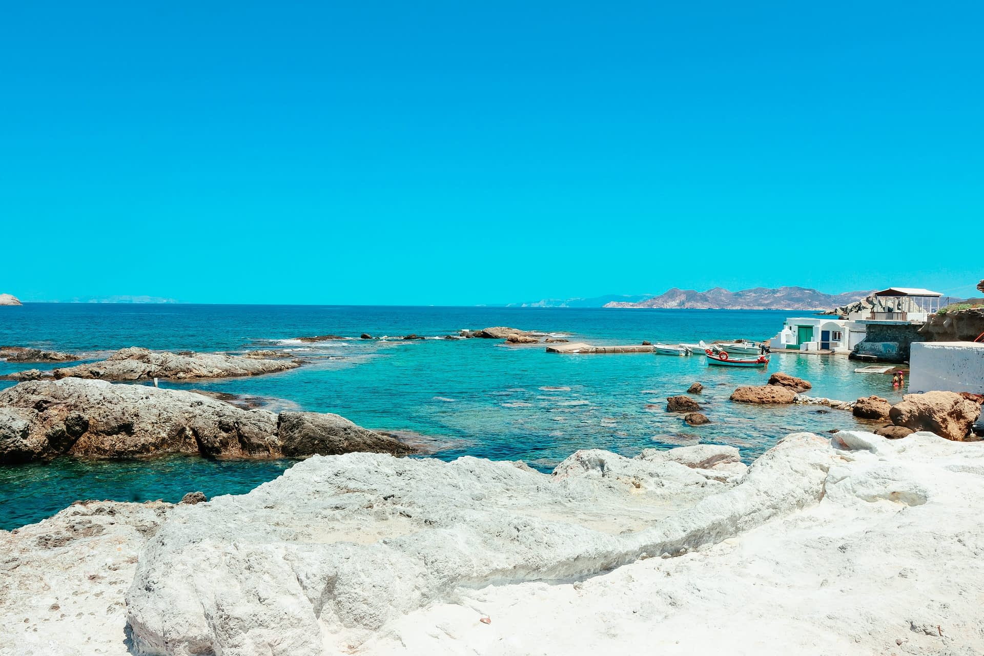Mandrakia village from behind with turquoise waters. What to do in Milos
