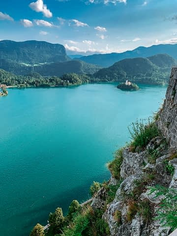A view of the mountains, lake and castle at Bled in Slovenia. What to do in Lake Bled